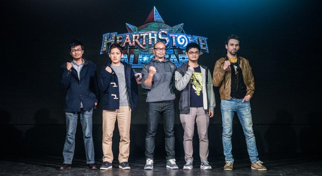 台灣暴雪董事總經理Eddy Meng賽前與四位選手合照,左起中國選手Jasonz...
