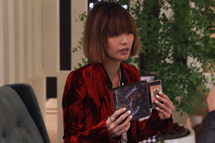 Rockins絲巾以CD和卡匣的包裝呼應創辦人所熱愛的音樂元素。圖/CLUB D...