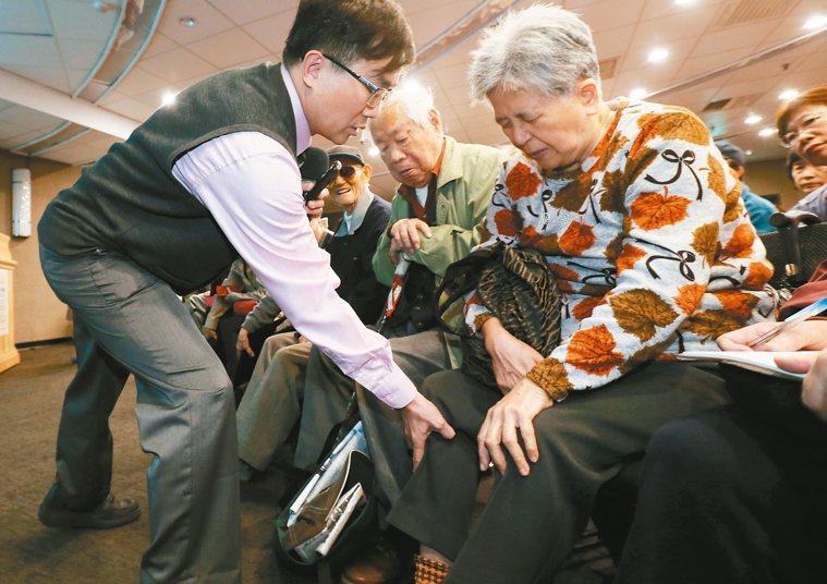 主講者在現場教導民眾自我檢測關節健康。 記者許正宏/攝影