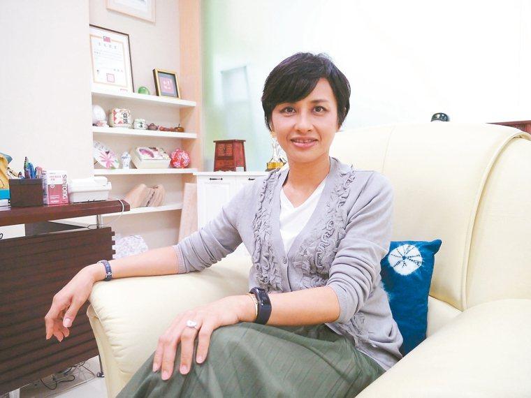 邱議瑩配戴手表型計步器,隨時提醒自己注意運動量夠不夠。 記者徐白櫻/攝影