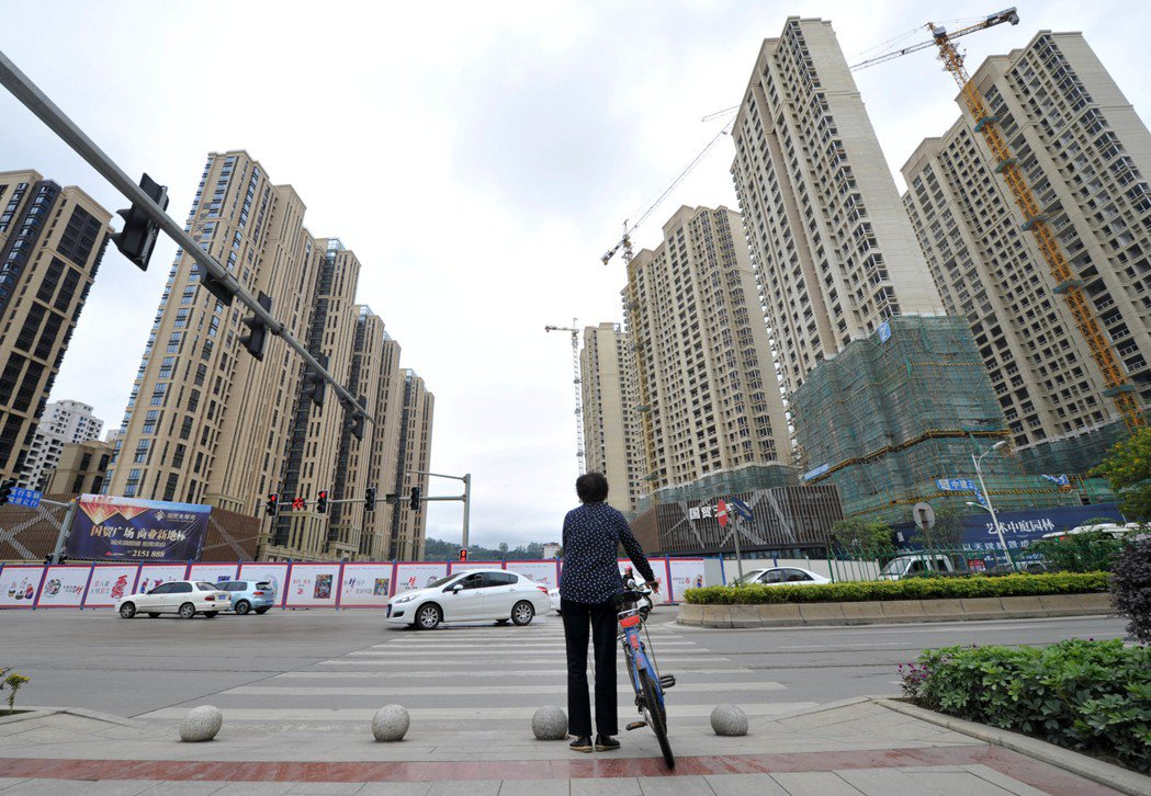 圖為福建省龍岩市成片建設中的房地產。(資料圖片) 中新社