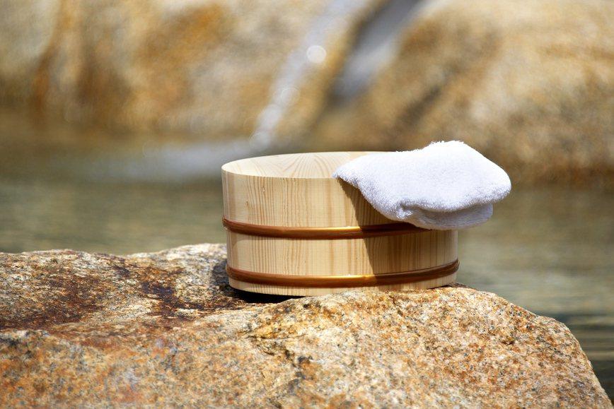 溫泉能熱敷舒緩肌肉、僵硬的韌帶,憑藉著水的濡潤肌肉,水波流動的按摩作用來促進組織...