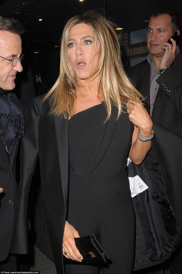 珍妮佛安妮斯頓表示,至少穿了這件未剪標的外套4次,竟都沒發現。圖/摘自daily...