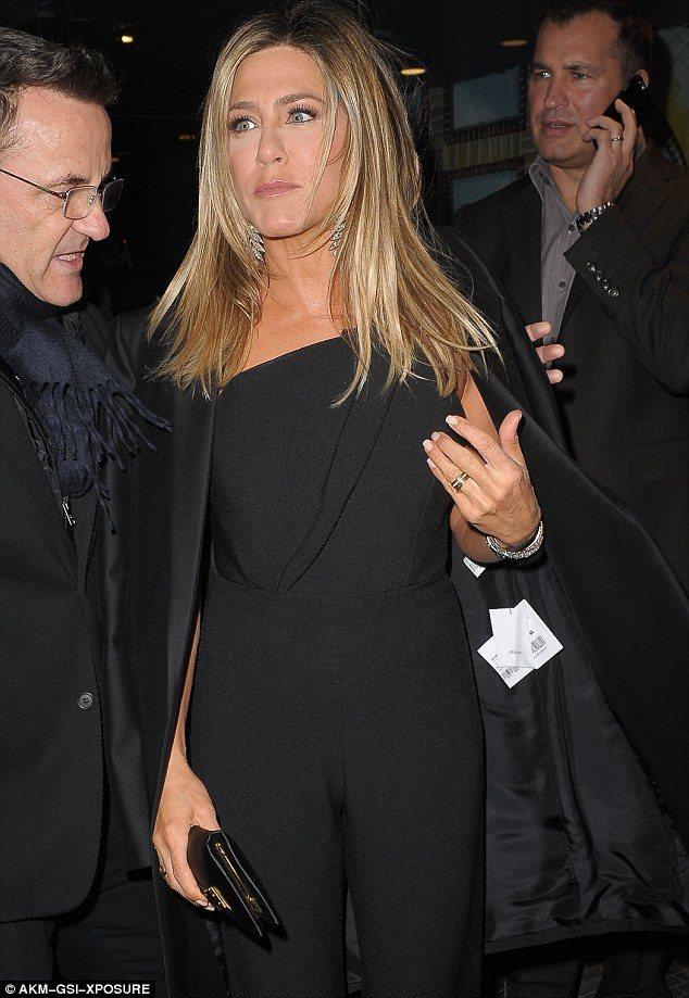 珍妮佛安妮斯頓日前出席活動披Celine西裝外套,忘了剪標,看了照片才知道,直呼...