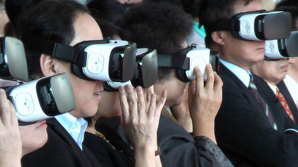 來賓用VR裝置體驗「高雄市立圖書館總館共構會展文創會館」的未來。記者徐如宜/攝影