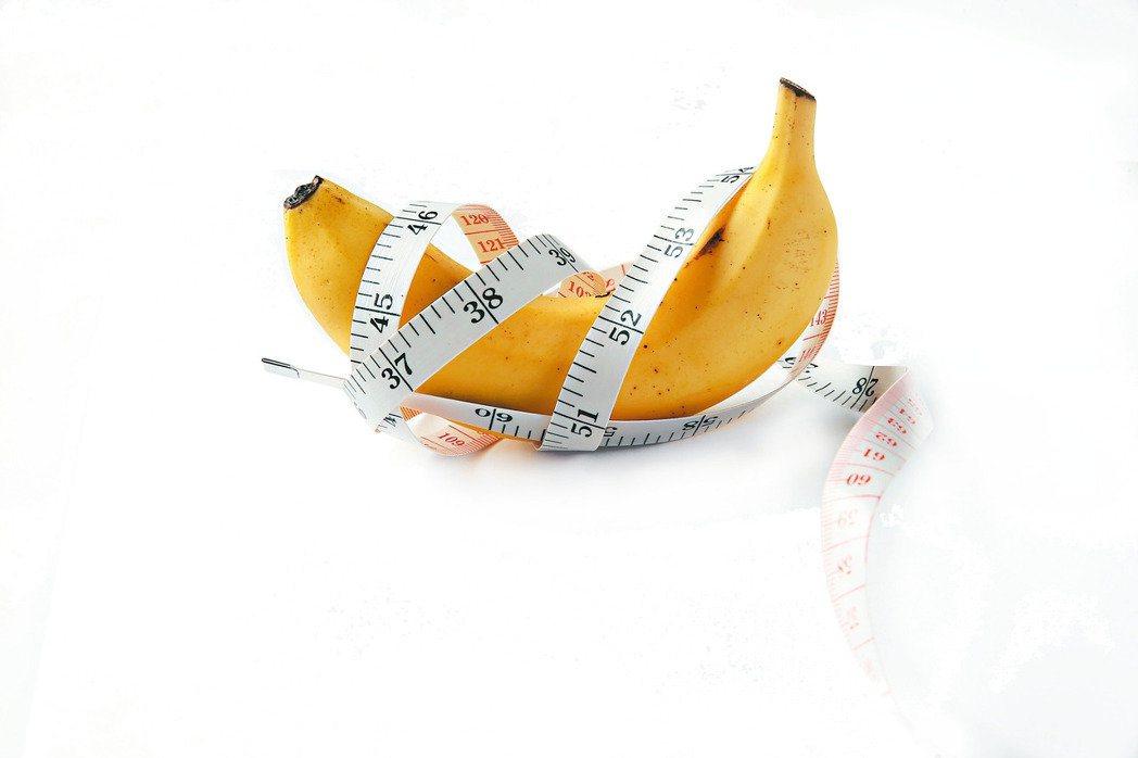 營養師表示,低熱量又富含色胺酸的香蕉、低脂溫牛奶熱量僅120大卡,又能助眠。報系...