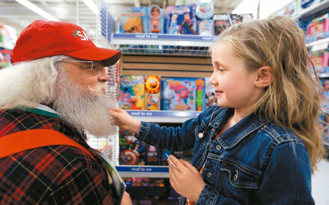 聖誕老人韋斯特摩爾蘭德在店內走道遇見5歲小女孩克萊爾。 圖/路透