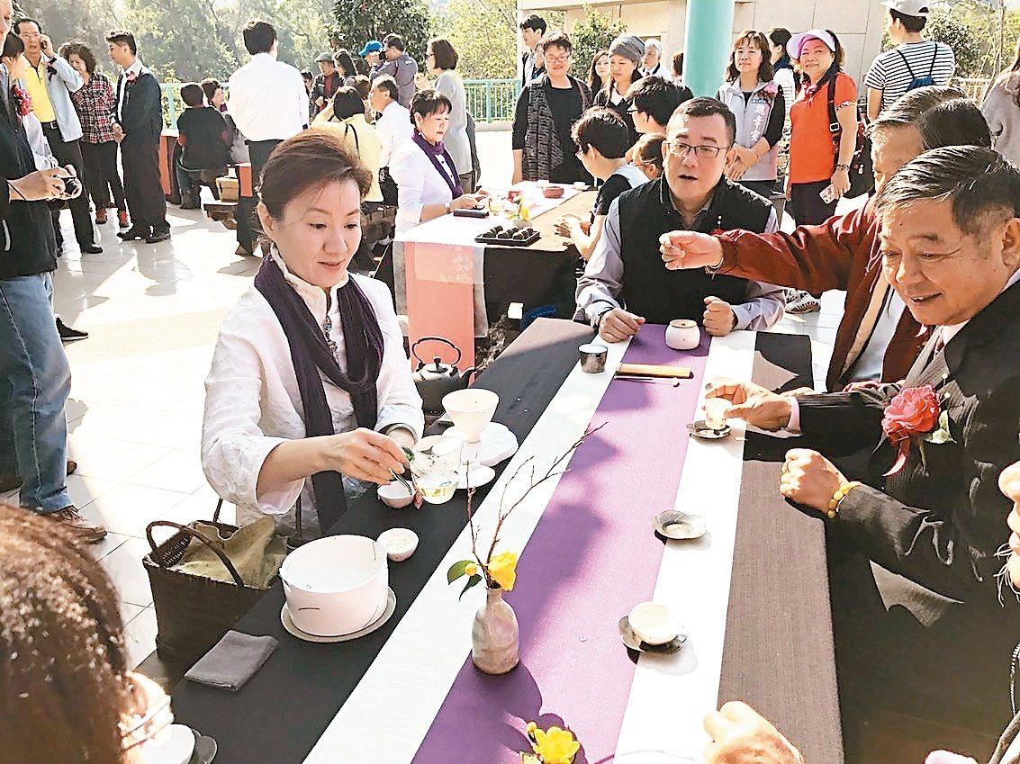 新竹市茶花展適逢周末,設茶席讓遊客賞花、品茶。 記者蔡昕穎/翻攝