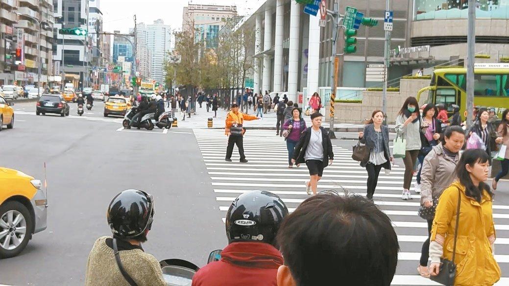 行人號誌亮紅燈或「小綠人」閃動快跑時,都禁止行人跨入穿越道,不少民眾不知此規定。...