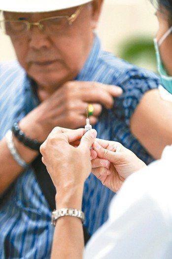 50歲以上的民眾可自費施打帶狀皰疹疫苗洗手。聯合報系資料照