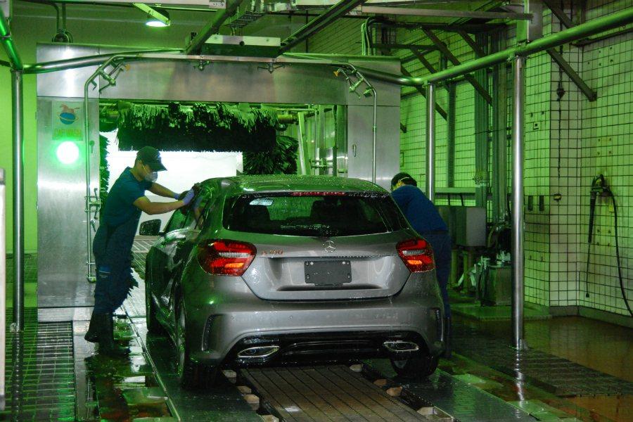 第四站的洗車作業採人工與自動洗車機,將進港新車先清洗一番。 記者林鼎智/攝影