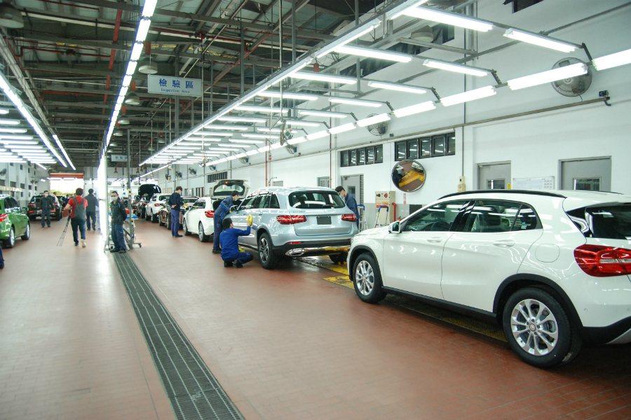 洗完車後,將使用原廠提供的美容耗材與正確的 SOP 流程擦拭車輛。 記者林鼎智/...