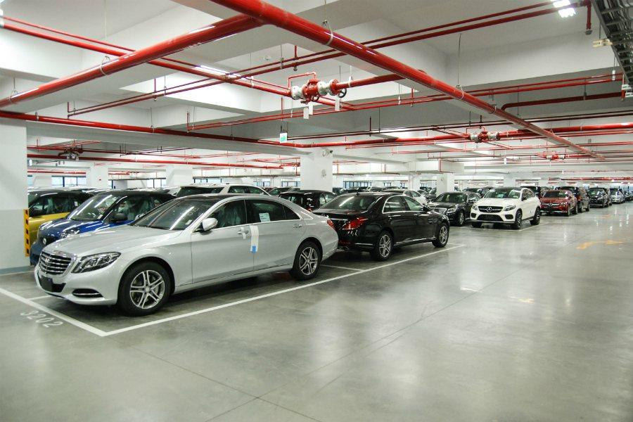 台灣賓士的自有保稅倉庫可提供 1,650 個停車位供新車停放。 記者林鼎智/攝影