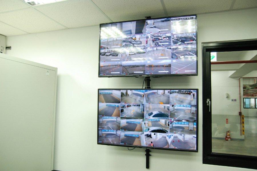 自有保稅倉庫內也有與海關連線的監視設備,掌握保稅倉庫的車輛進出。 記者林鼎智/攝...