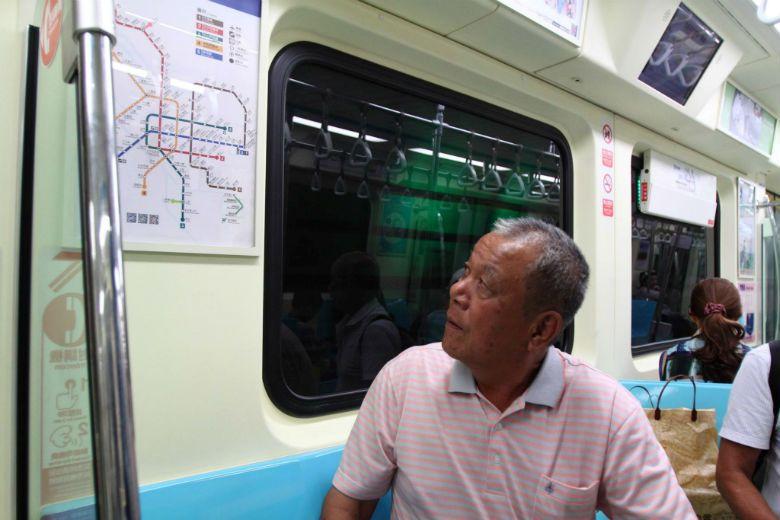 建造捷運的潛水夫工人們,多年後才首次搭上捷運。 圖/張榮隆先生提供