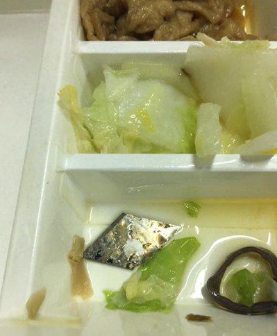 有網友在臉書的「苗栗大小事」分享自己吃便當吃到刀片的恐怖經歷。 圖/擷自苗栗...