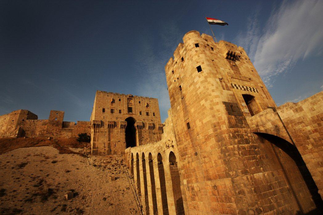 「這是阿勒頗城堡,是世界遺產,也是伊斯蘭世界的最強要塞。」 圖/Shutters...