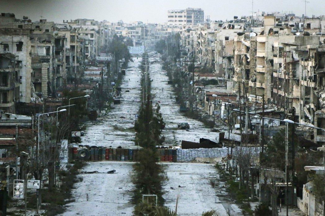 阿勒頗的戰線在2013年中陷入停滯,政府軍牢牢掌握了西城區,並在反抗軍控制的東城...