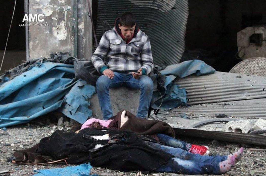 儘管想要離開,這些進退兩難的阿勒頗人,卻也不知何處可依。 圖/歐新社