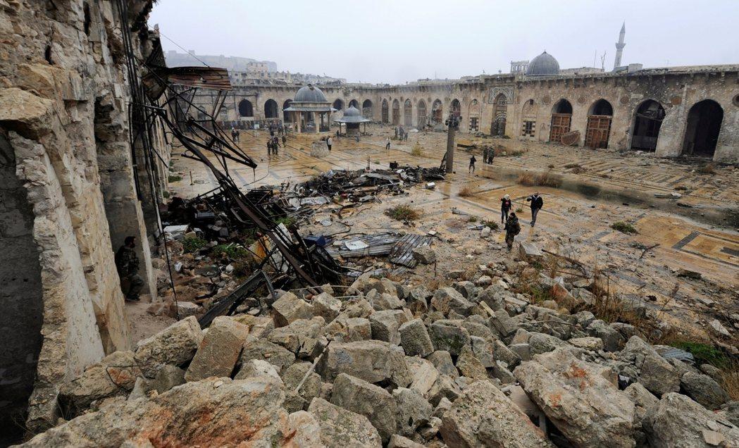 留給阿薩德的將是人口只剩一半、殘破且充滿仇恨血腥的一座隕落城市。 圖/路透社