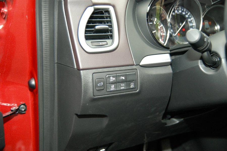方向盤左前側控制鍵,可控制如LDWS車道偏移警示、BSM盲點偵測、TCS循跡控制...