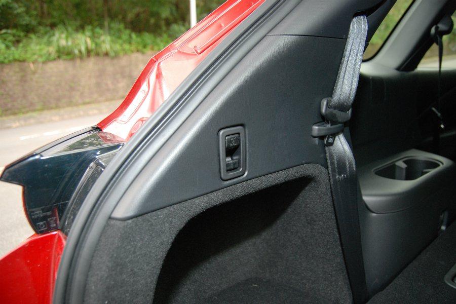 第三排採用三點式安全帶,後方並提供掛鉤使用。 記者林鼎智/攝影