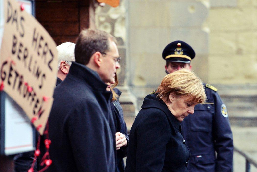 牌子上寫著「柏林心碎了」,圖為梅克爾前往威廉皇帝紀念教堂前,參與向罹難者的致意活...