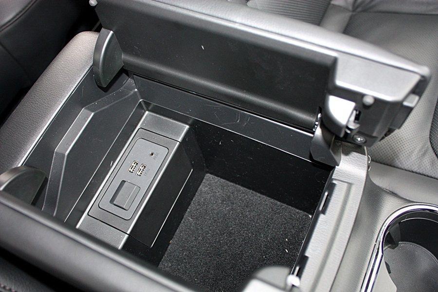 中央扶手置物空間相當方便,裡面附有USB插座與SD記憶卡插槽。 記者林和謙/攝影