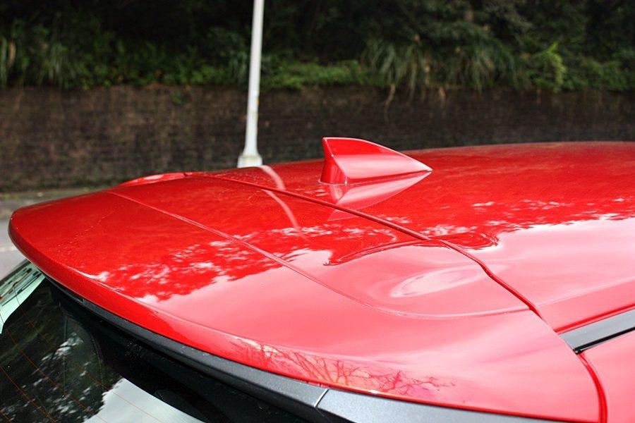 車頂鯊魚鰭式天線。 記者林和謙/攝影