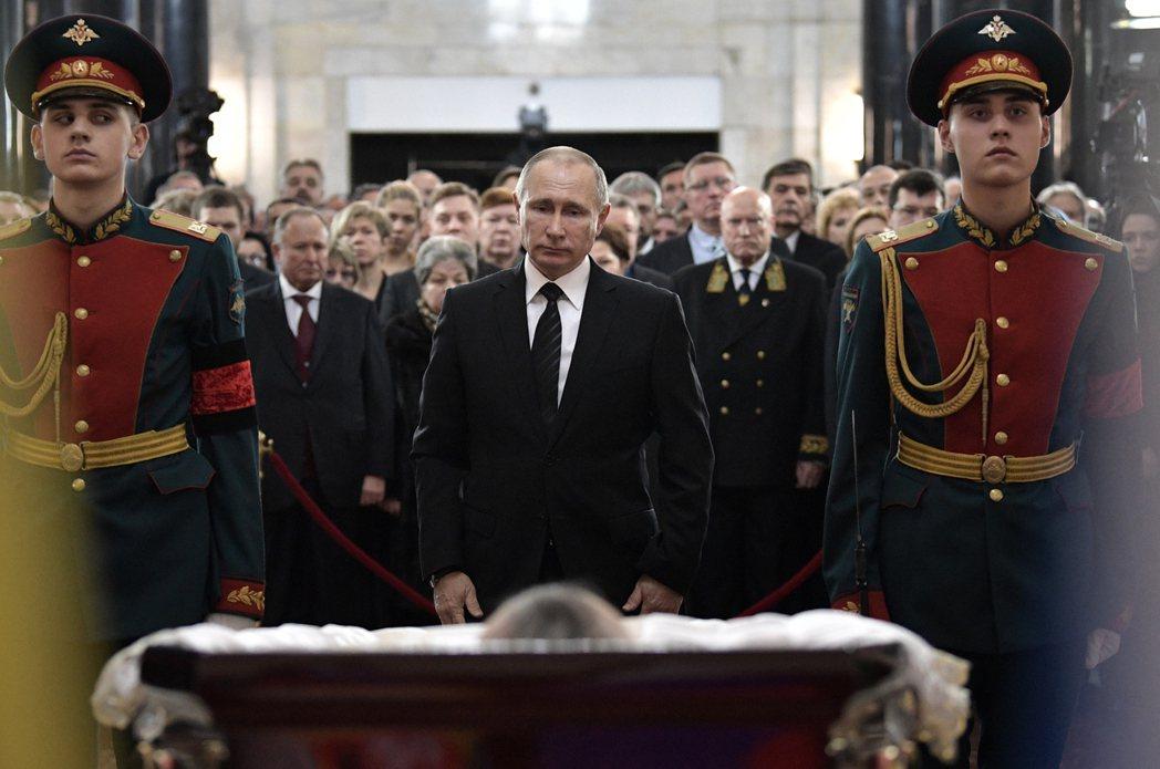 「俄羅斯英雄」,遇刺大使的喪禮。 圖/美聯社