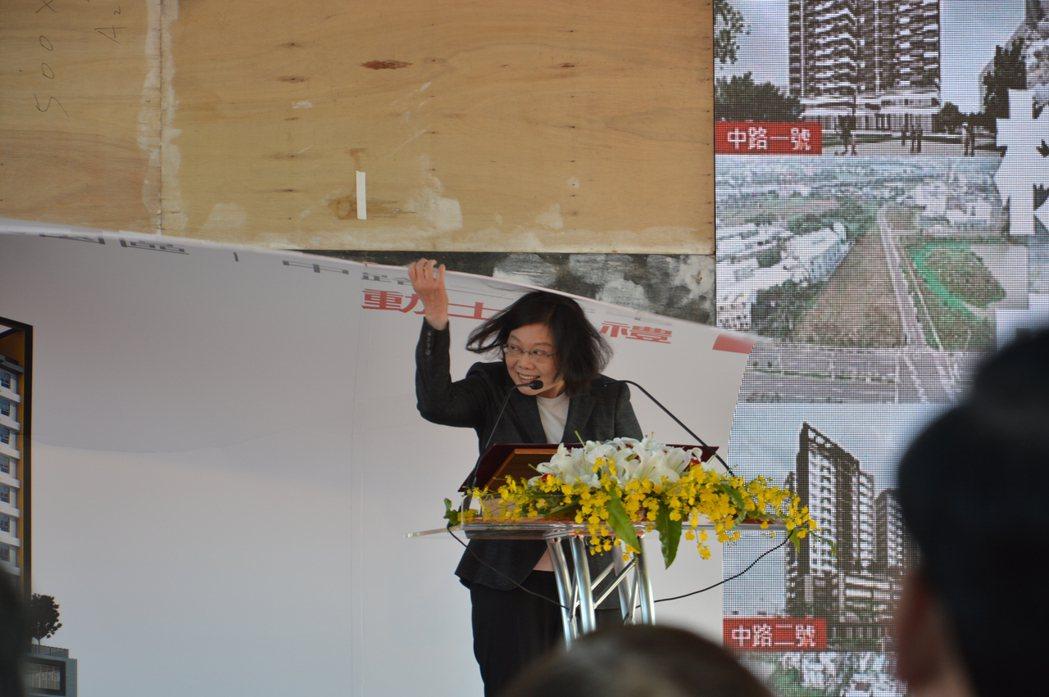 蔡英文總統被倒下的看板砸中。記者施鴻基/攝影