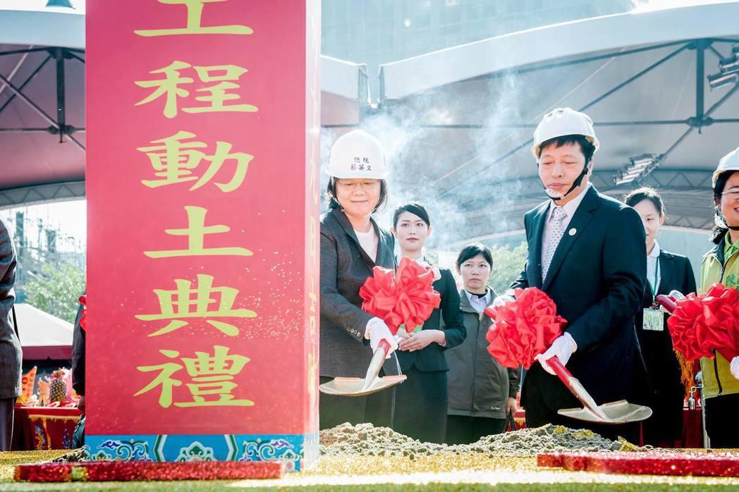 蔡英文總統到桃園市參加桃園中路二號基地社會住宅動土典禮。圖/取自蔡英文臉書