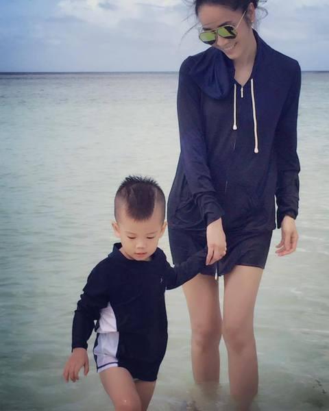 侯佩岑2011年與證券公司副總裁結婚後,目前育有1子。2日她在臉書曝光自己與兒子Ian在海邊玩耍的模樣,侯佩岑穿著休閒服露出長腿與兒子嬉水,畫面溫馨讓許多網友大讚。不過,也有網友將焦點放在她的身材上...
