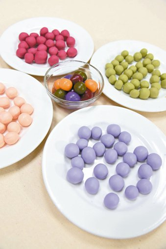 營養師建議,透過蔬菜汁萃取天然色素,就可在家自製彩色湯圓,好看也好吃。