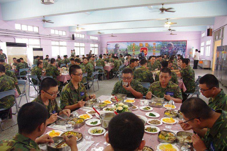 今年蔡英文總統巡視金六結153新訓旅,並與役男一同用餐。 圖/聯合報系資料照片