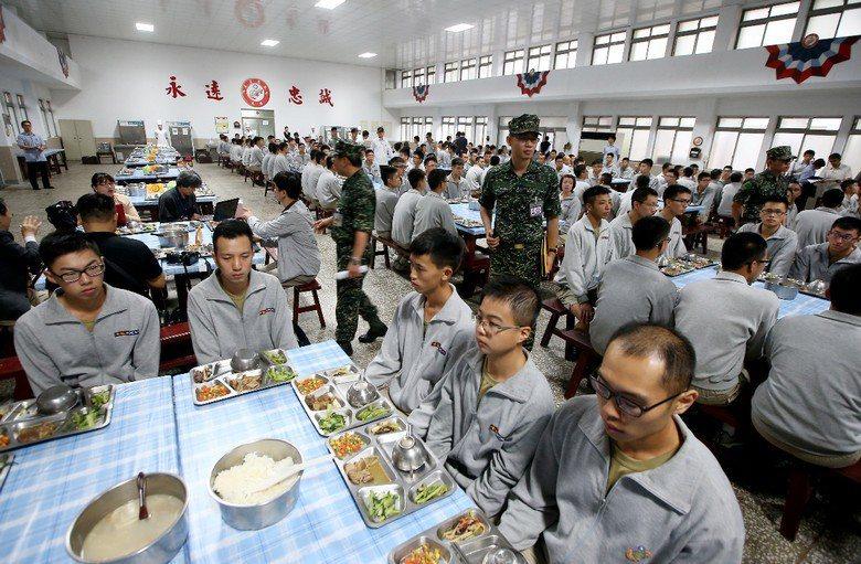 2015年前總統馬英九督導陸戰隊六六旅,並與官兵一同進餐。 圖/聯合報系資料照片