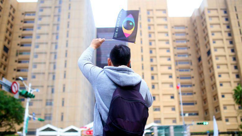 1210婚姻平權音樂會上,與會者舉起「SEE MY RIGHT NOW」的平權旗...