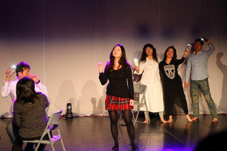 學生演員們以載歌載舞的活潑演出方式,呈現故事意境。 曹佳榮/攝影