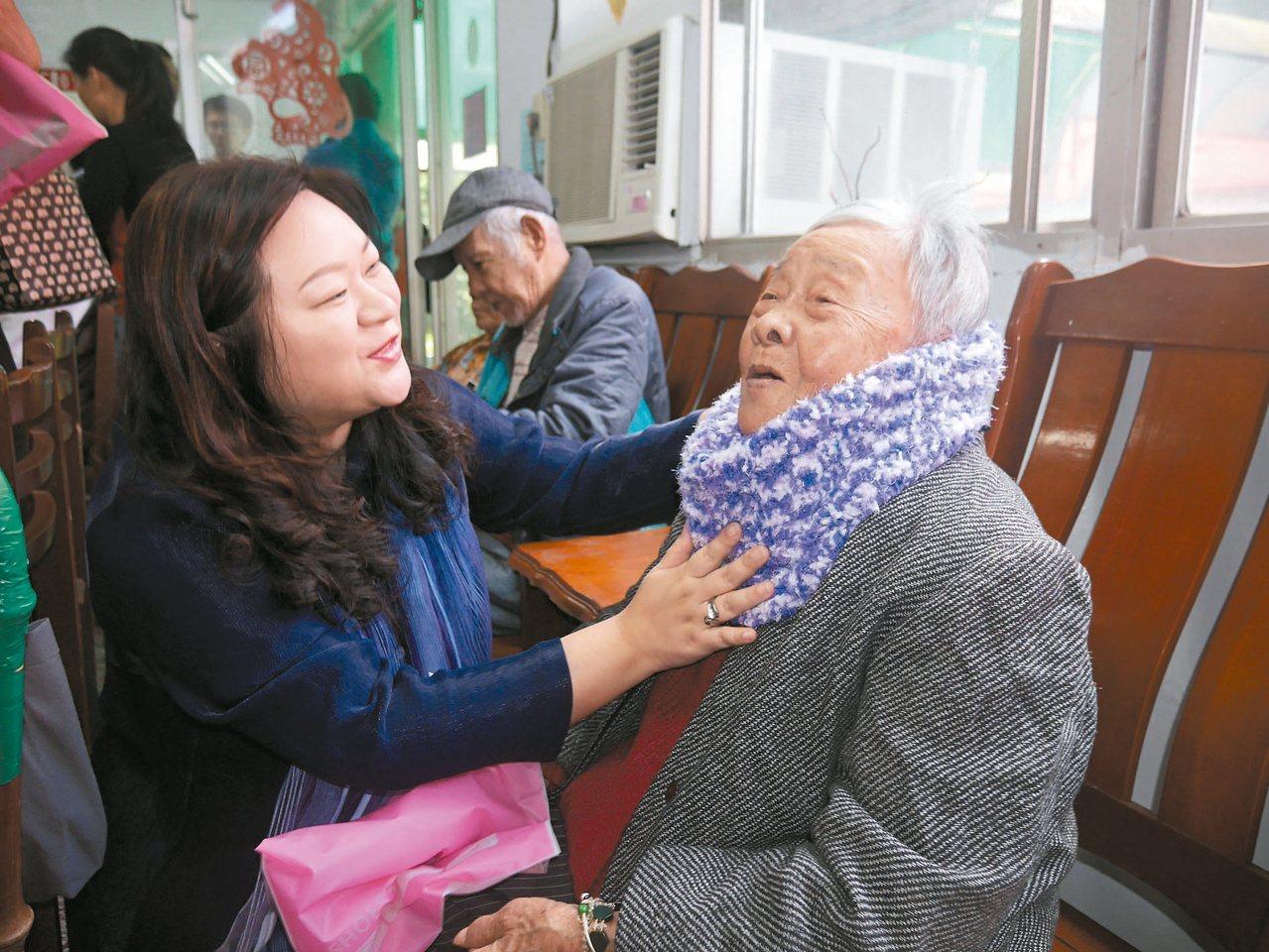 市長夫人吳秋英(左)昨天率基隆市傳承藝文發展協會到仁愛之家送暖,她們把親手編織的...