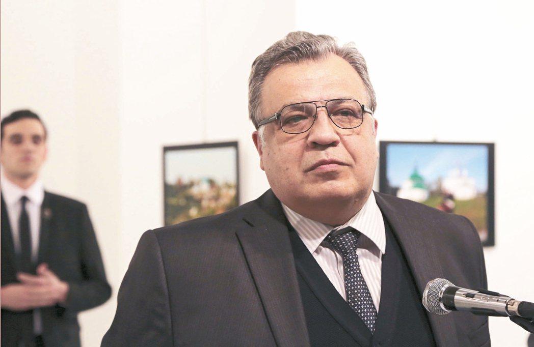 俄國駐土耳其大使卡洛夫(右圖前方)十九日在土國首都安卡拉一家畫廊致詞,槍手(左後...