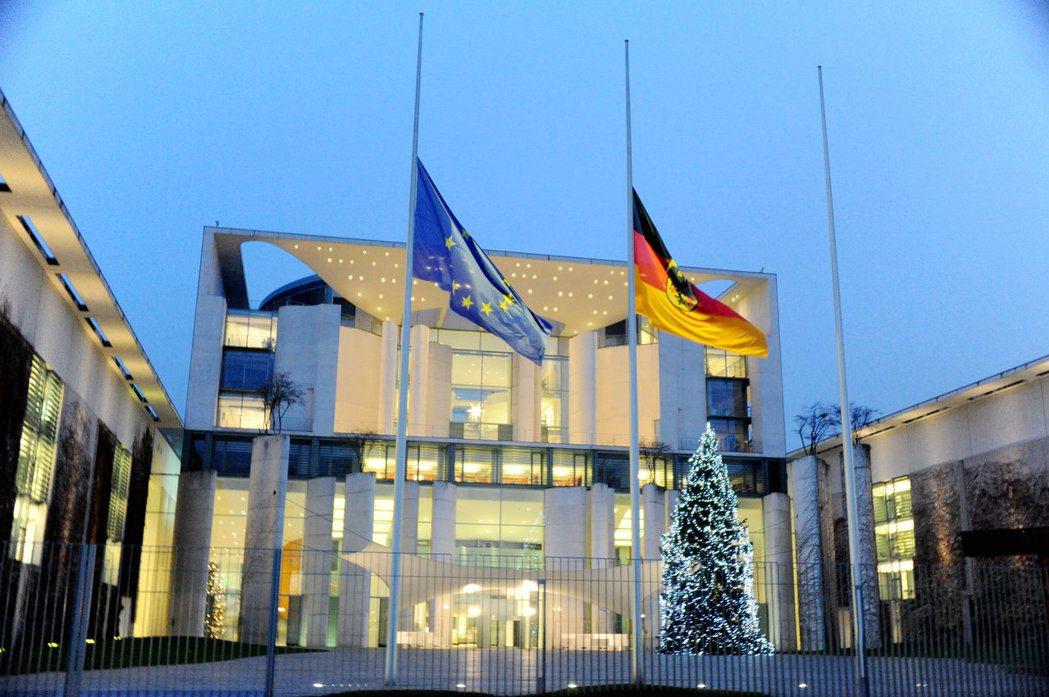 德國警方20日以缺乏證據為由,釋放在柏林耶誕市集卡車攻擊案現場逮捕的男子,並發布...