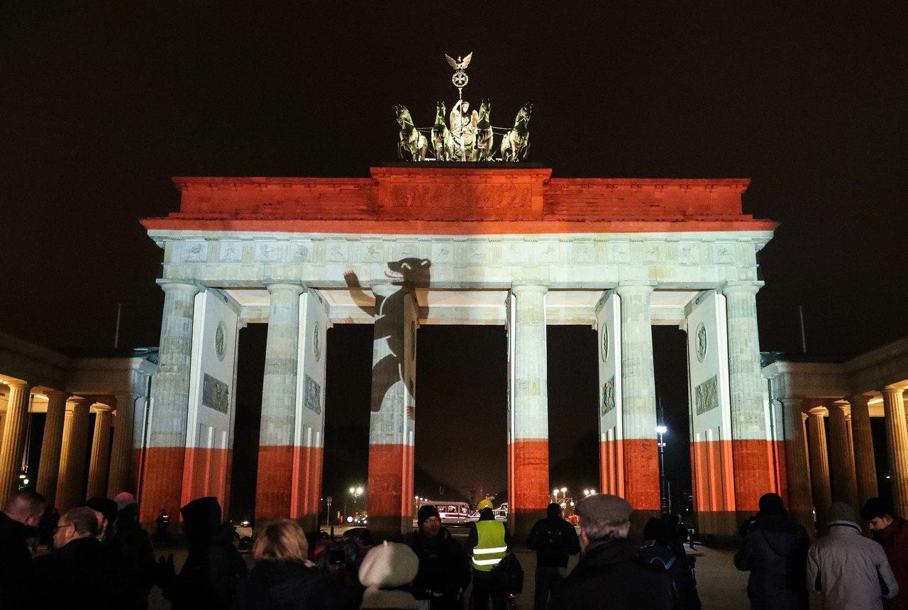 12月20日,在德國首都柏林,柏林市旗樣式的綵燈點亮勃蘭登堡門,悼念聖誕集市襲擊...