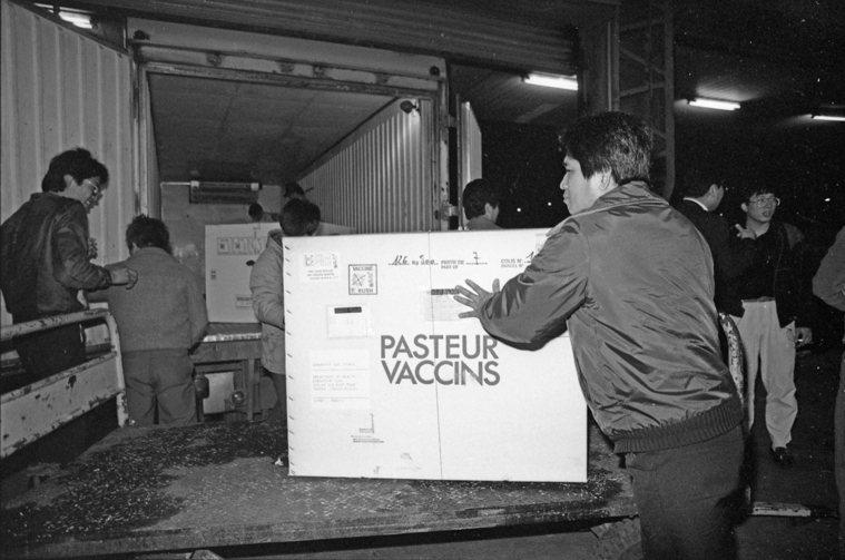 當時的安檢人員正在檢查保生公司B型肝炎疫苗。 報系資料照