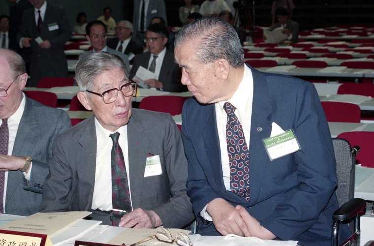 孫運璿(右)與李國鼎相當支持生技產業發展,圖為兩人參加科技顧問會議,互相交換意見...