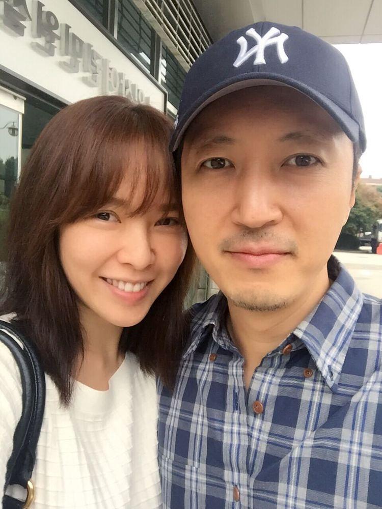 天心(左)與老公在韓國登記結婚當天甜蜜合影。圖/福隆提供