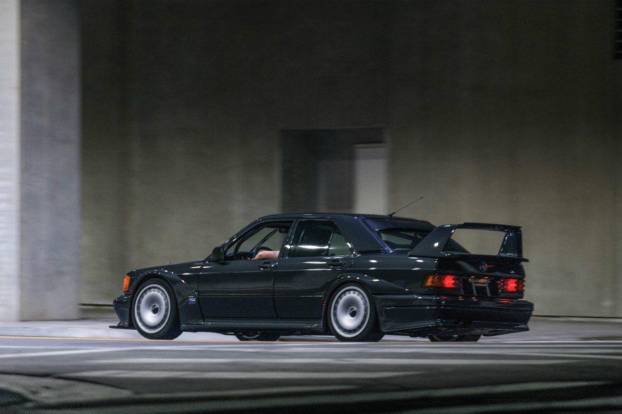 初代 190E 搭載 Cosworth 調校的 2.3 升引擎,最大馬力為 18...