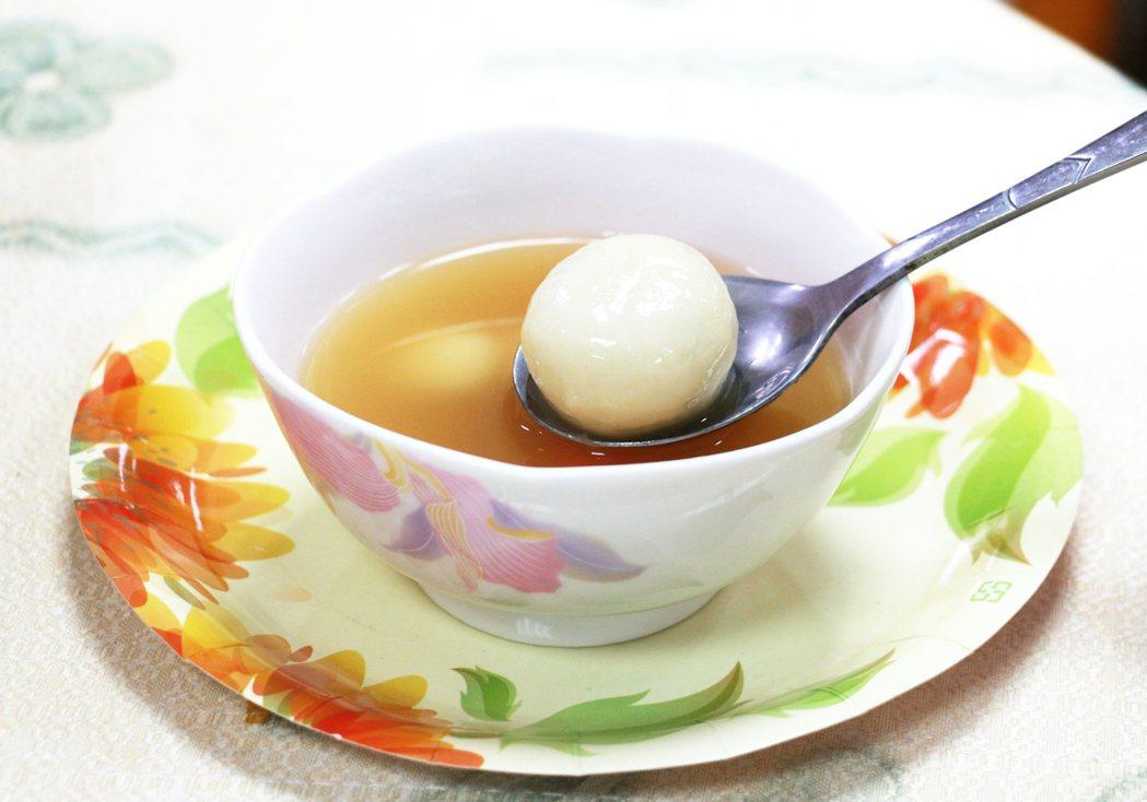 吃湯圓的熱湯太燙會傷害食道,提高致癌的機率。記者謝恩得/攝影