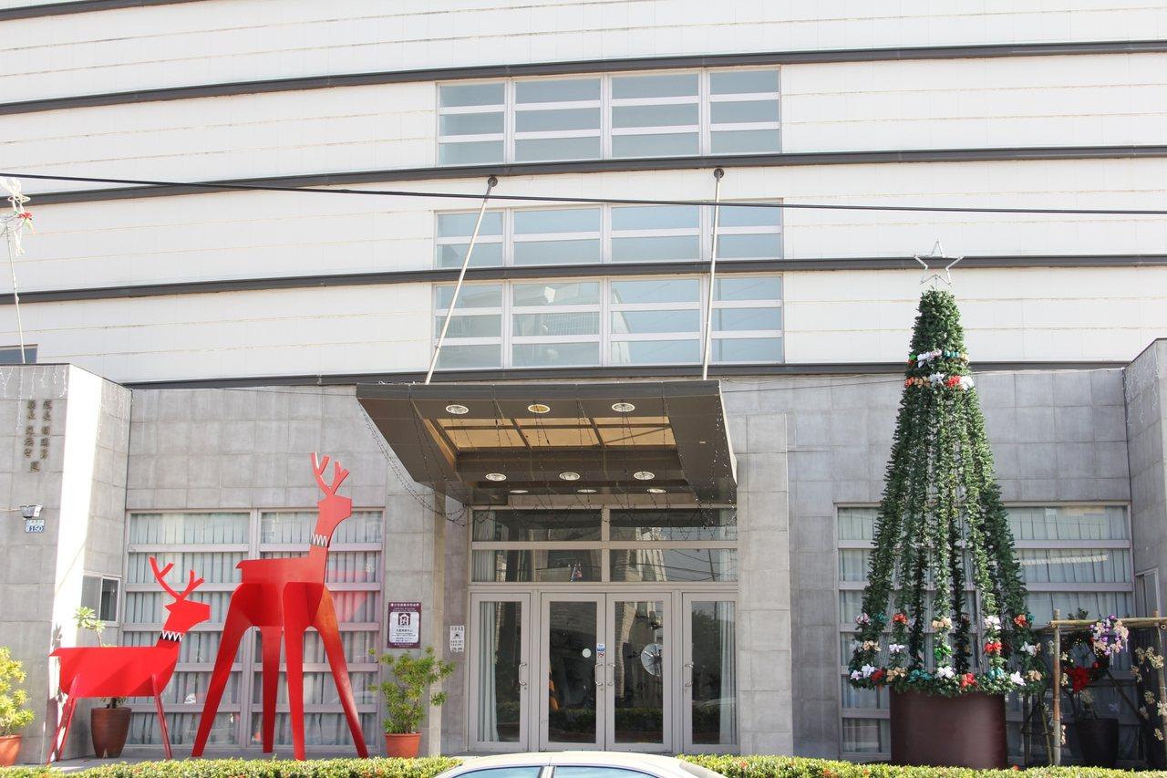 聖誕樹與馴鹿擺設在入口處兩側相當吸睛。圖/善化公所提供
