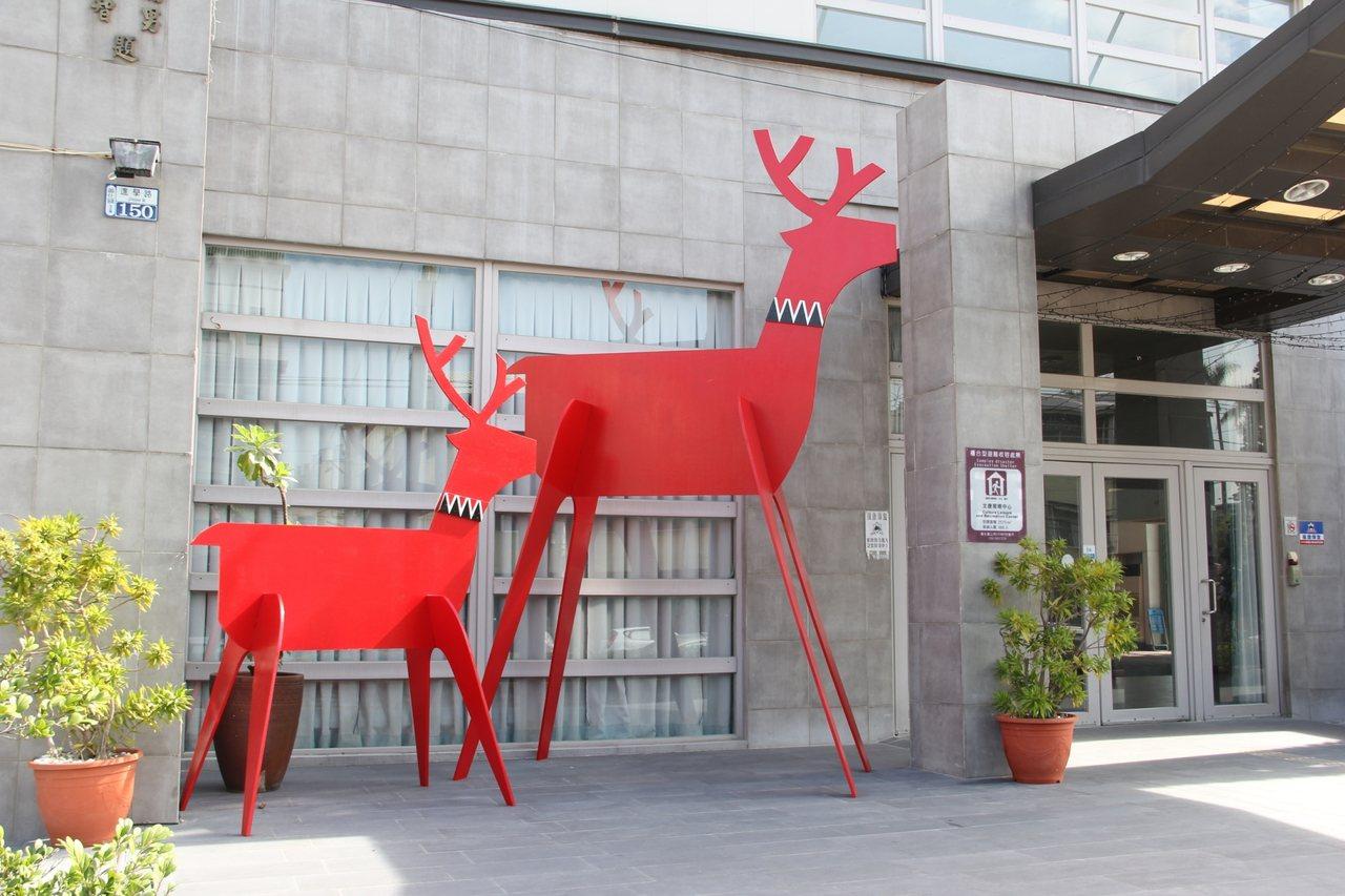 台南市善化區公所在善化文康育樂中心辦理耶誕點燈活動,公所特製2隻馴鹿,最高超過3...