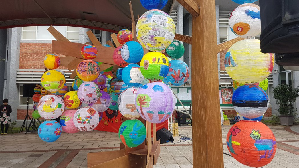 大小燈籠懸掛呈現葫蘆狀,呈現過年吉祥的意味。記者吳佩旻/攝影